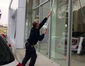 Cleaning car dealer windows